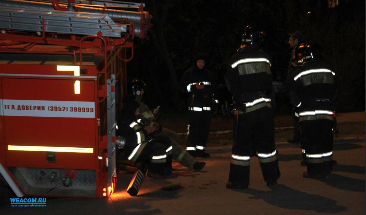 Пожарная машина провалилась вканализационный люк вИркутске, прибыв навызов