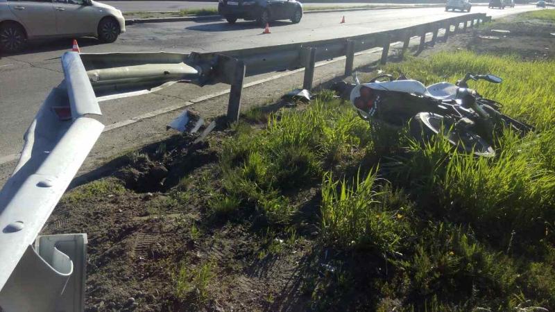 Лишённый водительских прав мотоциклист умер, столкнувшись сограждением вИркутске